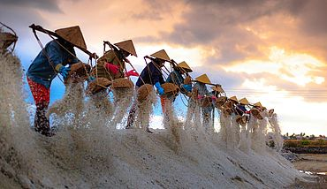 Salt collectors emptying their baskets