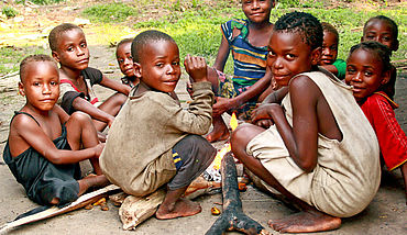 Bayaka children around cooking fire/ Kinder des Bayaka-Volkes an einer Feuerstelle